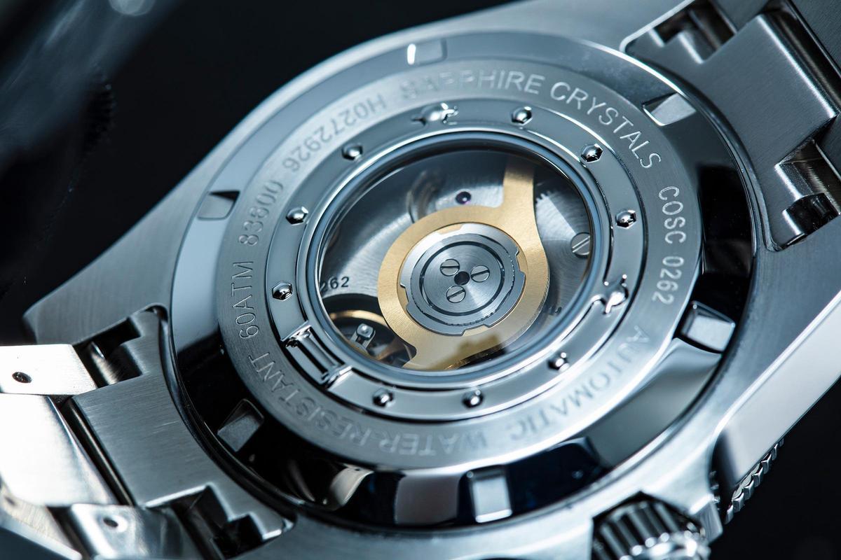 T10自製自動上鏈機芯。以600米防水規格的潛水錶來說,很少看到配有透明後底蓋的設計。