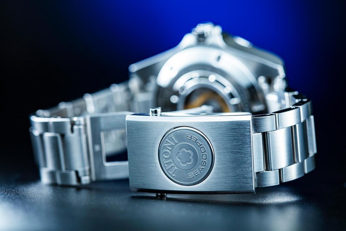 類似徽章的錶帶快調按鈕相當有質感。而印象中這也是這個價格級距中首見的設計。