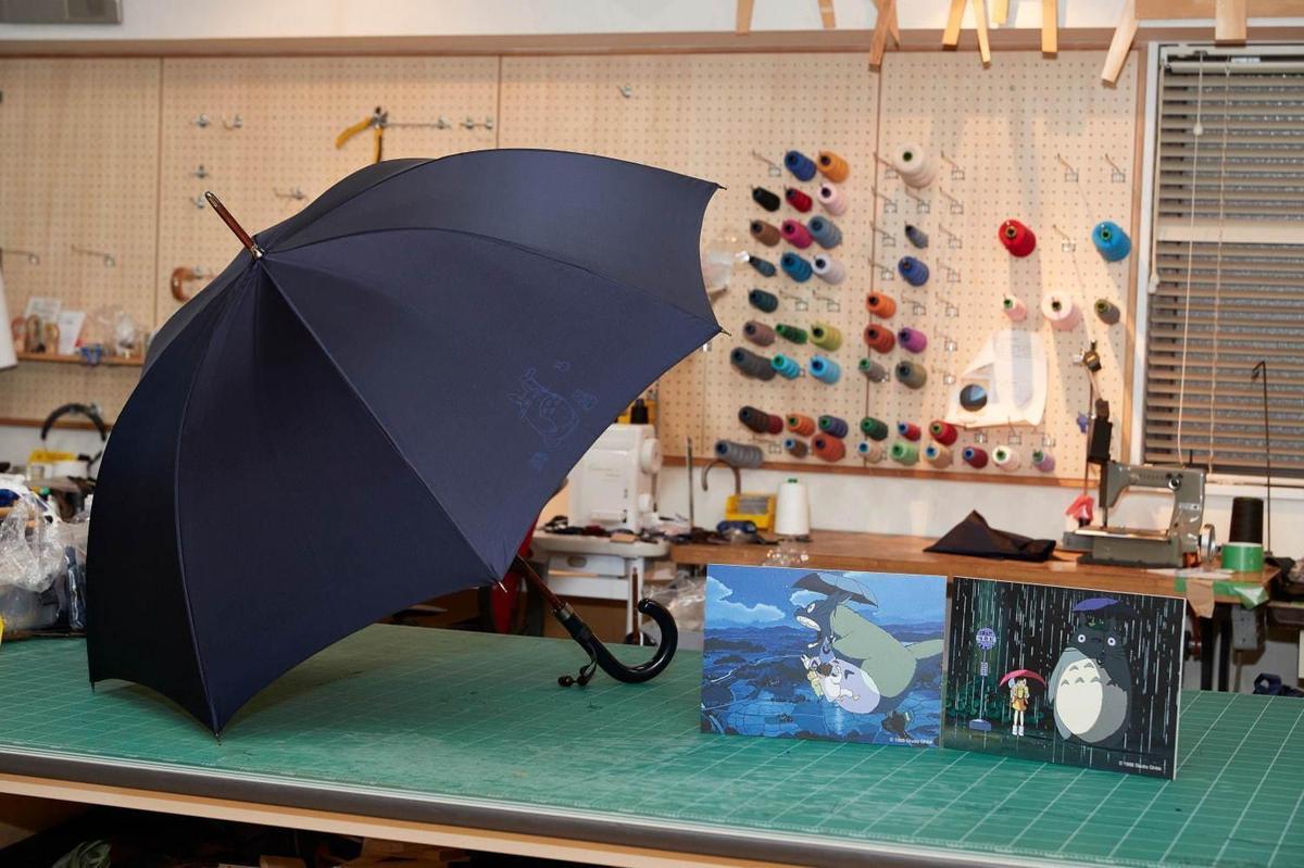 日本「前原光榮商店」去年復刻電影中的雨傘,吸引影迷搶購。(翻攝自fashionpress)