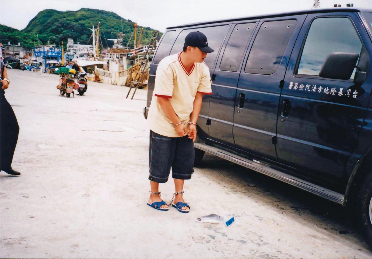 曾是調查局線民的主謀楊國傳,被警方帶到岸邊進行模擬。