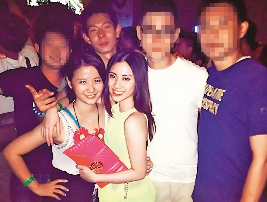 胡亦嘉的準太太莊郁琳(前左)和姊姊(前右)2人和富邦蔡家第三代蔡承道(後左2)是老友。(翻攝IG)
