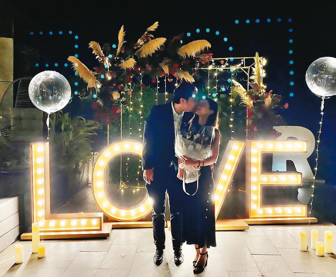 胡亦嘉(左)元月21日向女友莊郁琳(右)求婚成功,2人甜蜜接吻照曝光。(翻攝胡亦嘉IG)