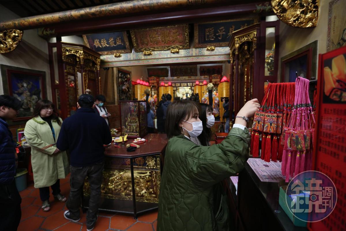 台北市大同區迪化街的霞海城隍廟有「全台最靈驗月老廟」之稱。(本刊資料照)