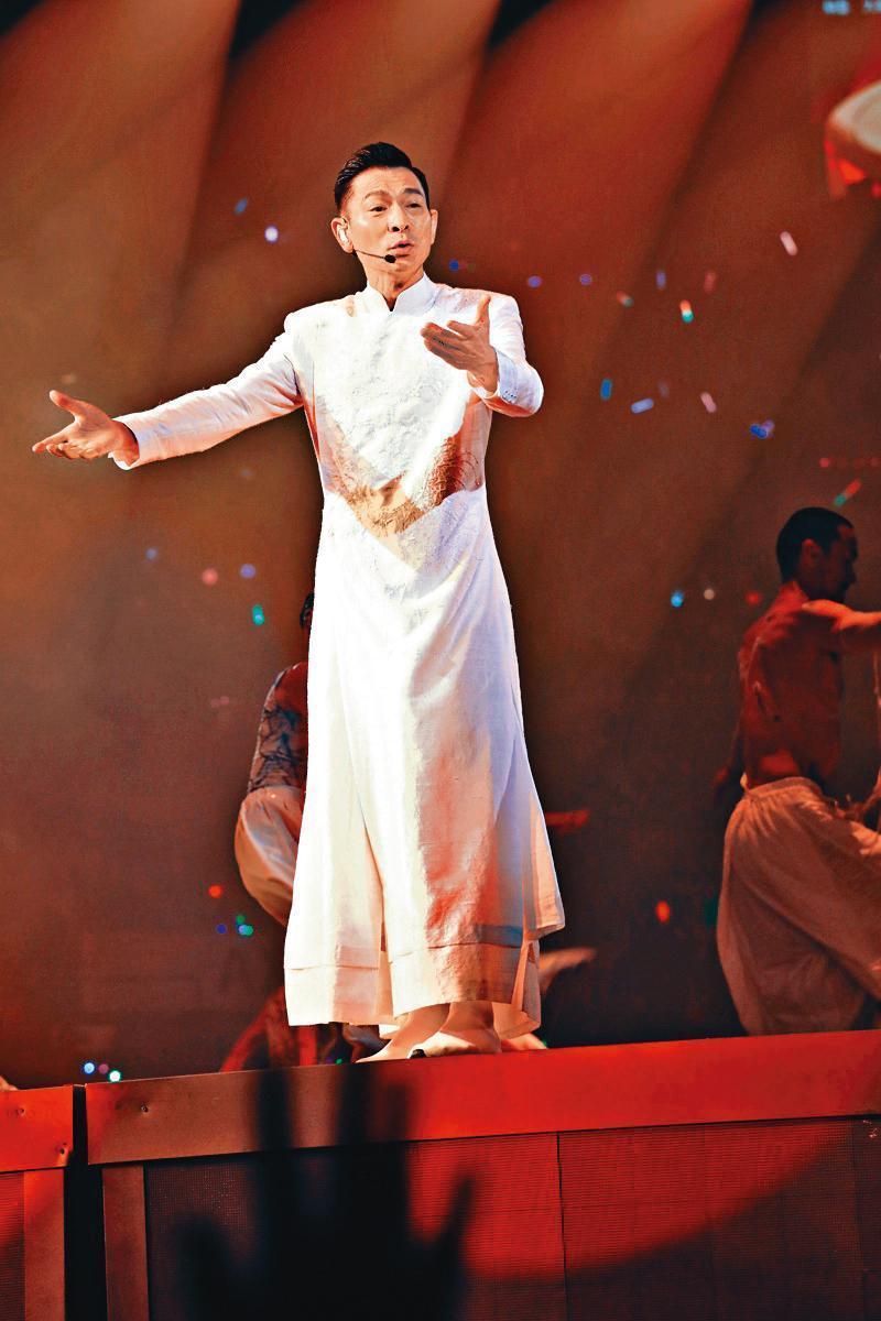 出道40年,劉德華依然活躍舞台唱跳,每次表演都看得出他的賣力。