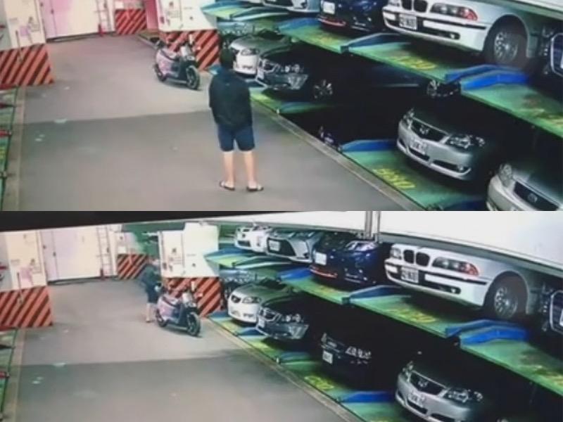 該名男子等自己的車輛停妥後,準備牽機車離開停車場,然而此時停在上層的藍色車輛已逐漸滑動。(翻攝自爆廢1公社)