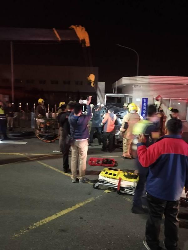 警消人員到場後花了1個多小時拆解車體,才將車上6名乘客拉出並緊急送醫,但最終不幸宣告不治。(台南市消防局提供)