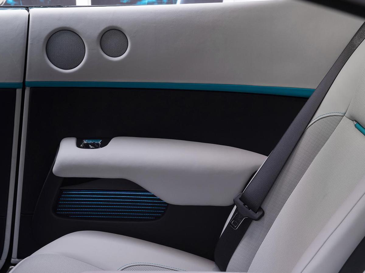 車門內側向下散發螢光的儲物袋設計,也通過光影、皮革、縫線的搭配及呼應,呈現出待解的密碼。