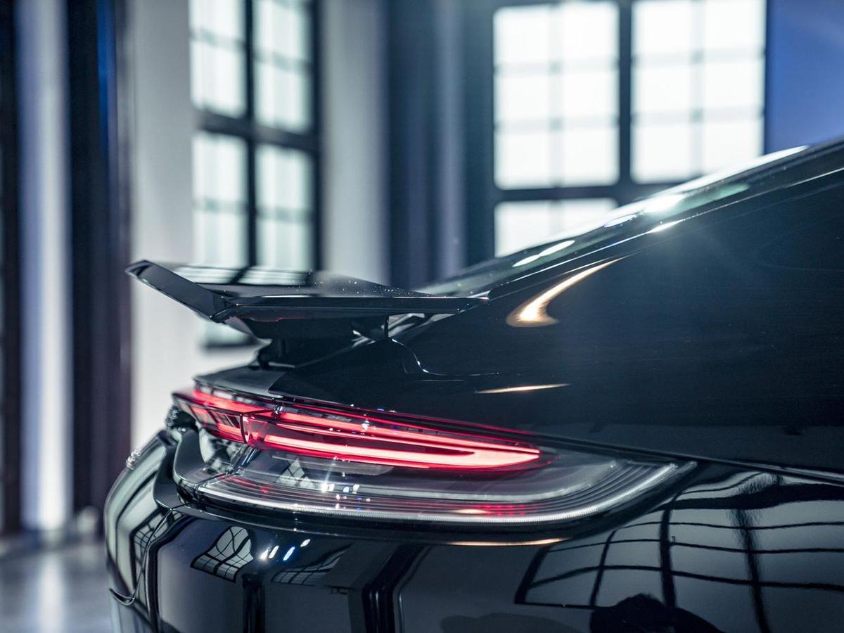 重新設計的車尾燈帶與行李廂蓋輪廓無縫銜接,視覺上與兩側全新設計的LED尾燈組融為一體。