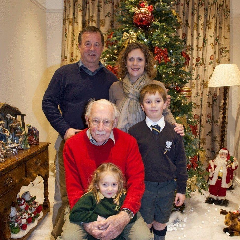 摩爾與女兒、女婿、孫子們一起住在貝德福德郡。(翻攝 Captain Tom Moore推特)