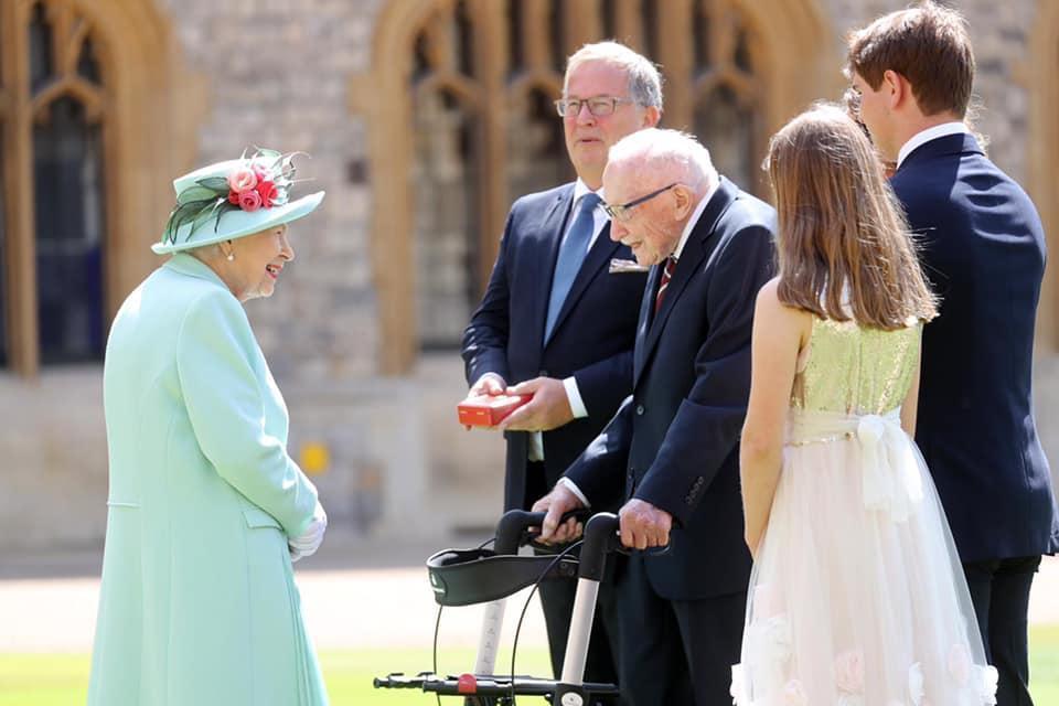 英國女王伊莉莎白二世去年在溫莎城堡冊封摩爾為騎士。(翻攝The Royal Family臉書)