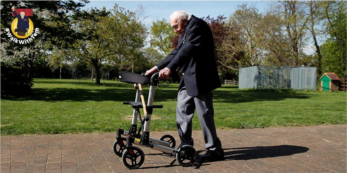 摩爾扶著助行器繞行花園100圈。(翻攝 Captain Tom Moore推特)