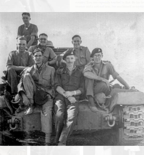 摩爾(前排左2)在英國陸軍服役,參加過印度和緬甸戰役。(翻攝Sir Tom Moore官網)