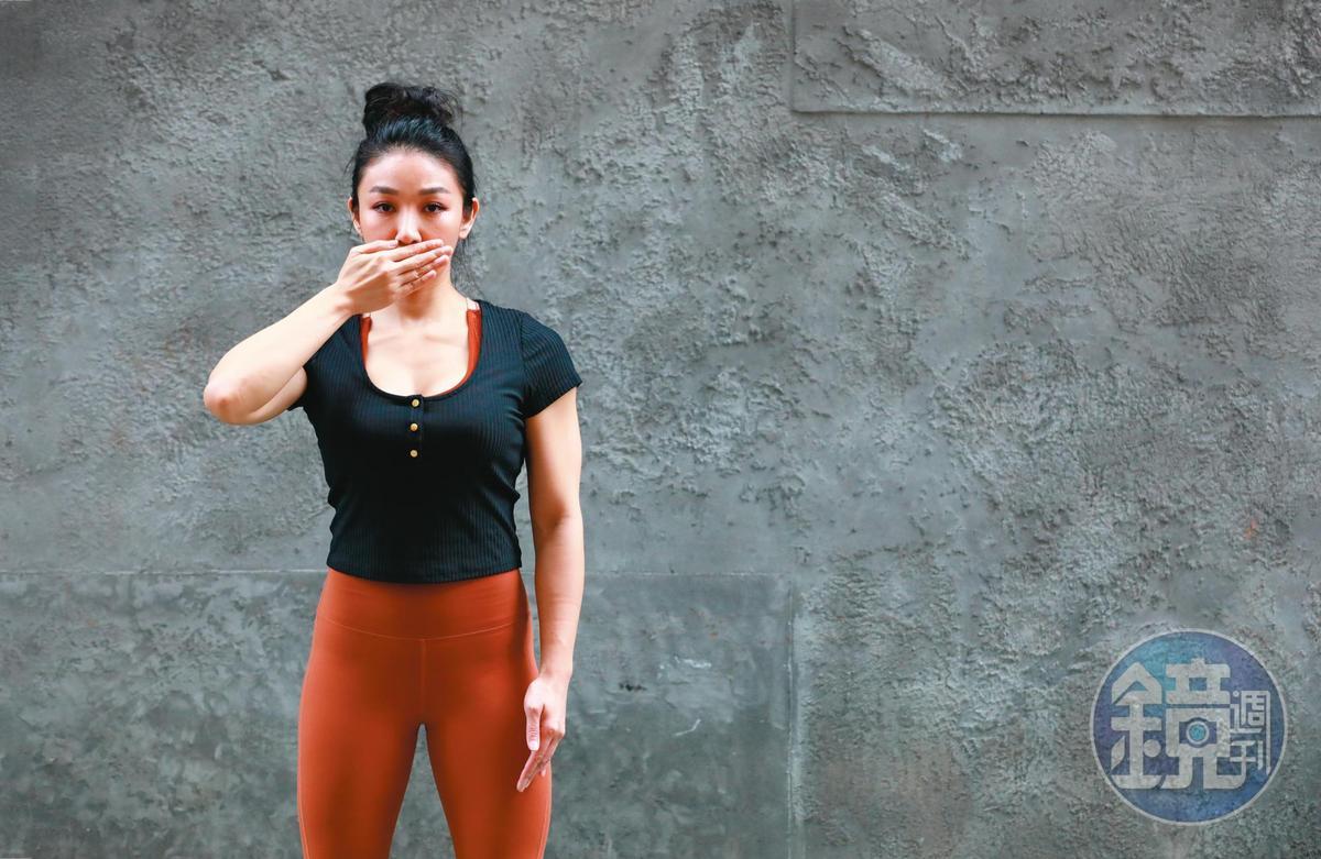 新北市衛生局員工林于仙不堪遭人性侵和後續騷擾,跳樓身故。網友在臉書發起「沒發聲不代表沒發生」,上傳用手遮住嘴巴的自拍照聲援死者。採訪這天,筋肉媽媽遮住嘴巴聲援性暴力受害人。