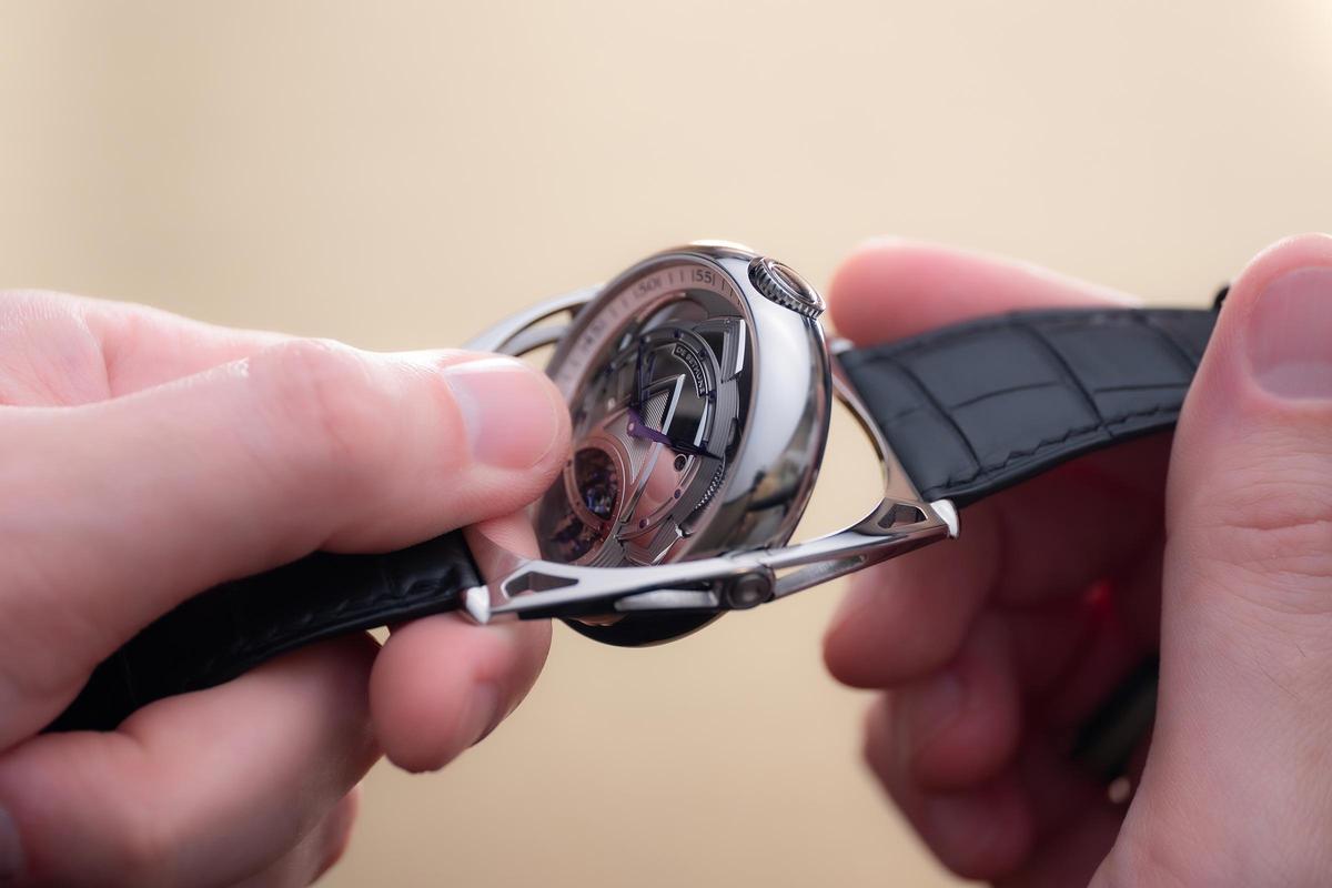 Kind of Two Torubillon有品牌專利的漂浮錶耳,這項結構也成為翻轉錶殼的軸心。