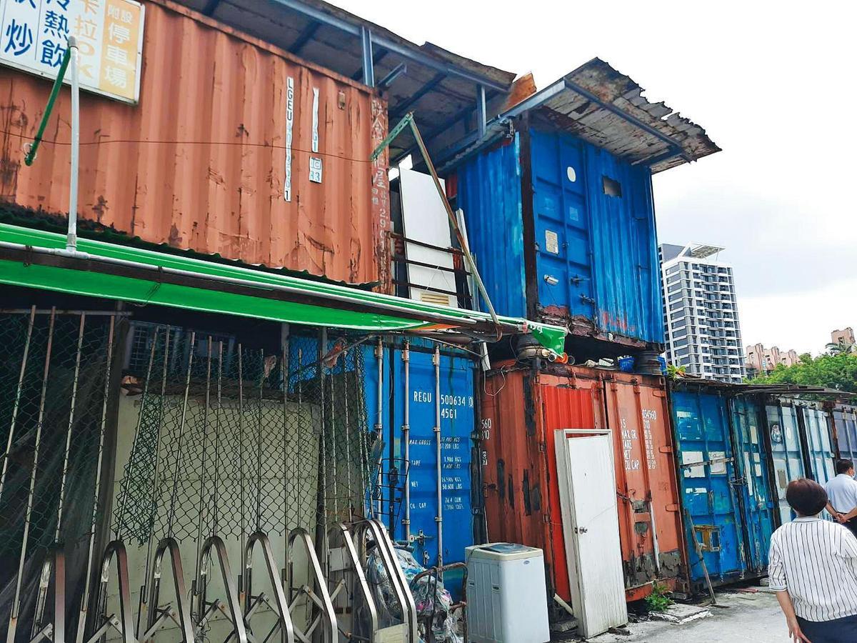 南港貨櫃屋尚未拆除前的群聚樣貌,貨櫃屋外觀破損嚴重,內部也滲水。(南港區公所提供)