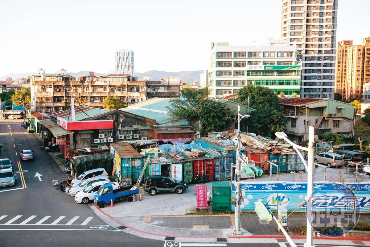 南港貨櫃屋現址仍有貨櫃凌亂堆砌,南港區長王先黎強調,建管處已公告不可使用,如違反將強制拆除。