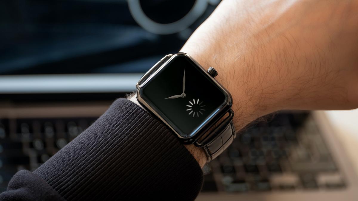 戴上手乍看就像Apple Watch是Swiss Alp Watch系列的玩味概念,今年H. MOSER&CIE.推出系列的最後一款作品Final Upgrade,以Loading中的符號象徵秒針的概念相當有趣。