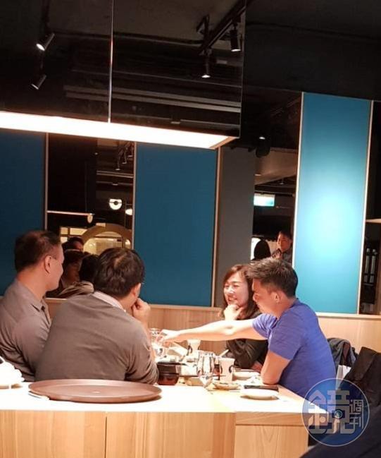 連勝武(右1)與妻子路永佳(右2)昨晚被讀者直擊在台北市東區一間日式料理餐廳與另外3名男性友人聚餐。(讀者提供)