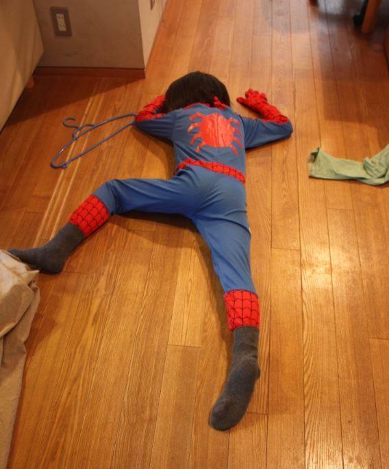 原PO兒子在家中扮成蜘蛛人的情況下裝死。(翻攝自@Riko_Murai推特)