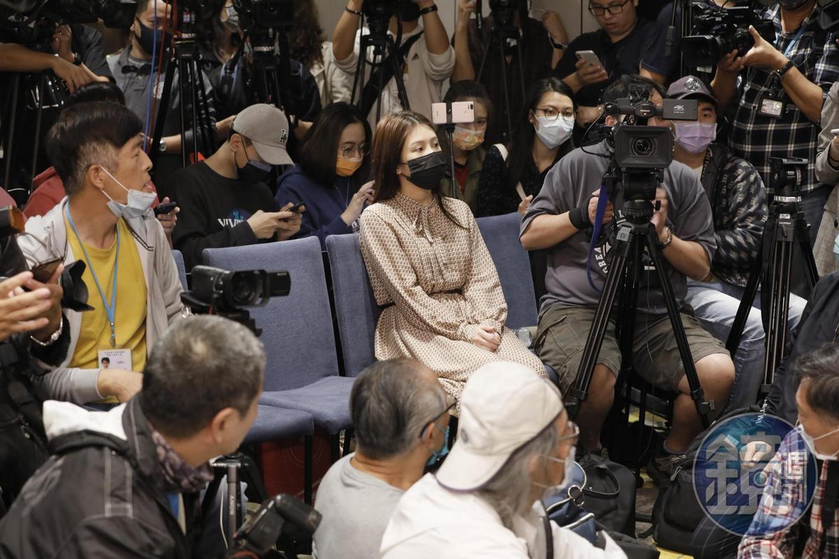 雞排妹直接到翁立友記者會現場堵人,欲正面對質。
