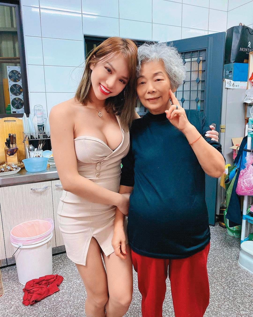 小A辣從變性到改名,都尊重家人的意見,外婆(右)還曾鼓勵她隆乳隆大一點。(翻攝自小A辣IG)