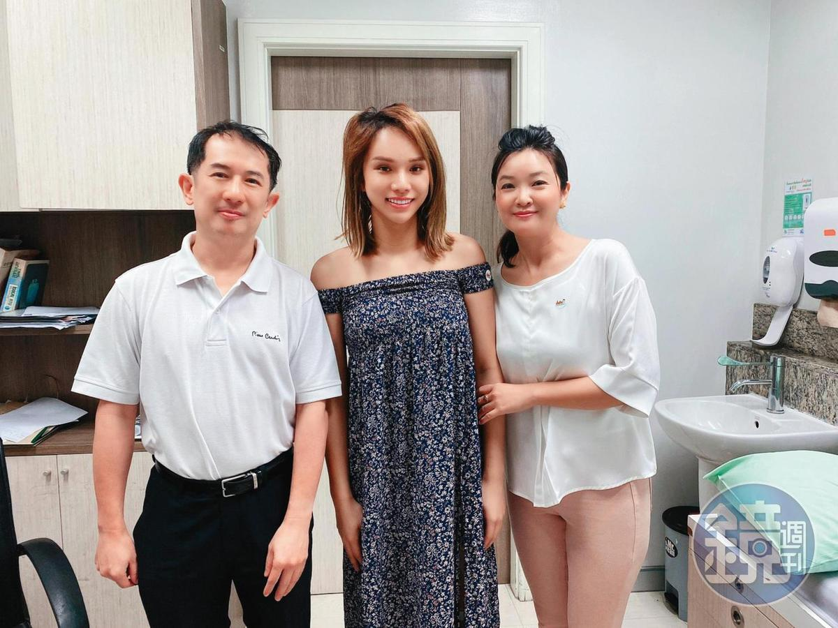 小A辣(中)透過代辦(右),砸了40萬元到泰國找醫生(左)動變性手術。 (小A辣提供)