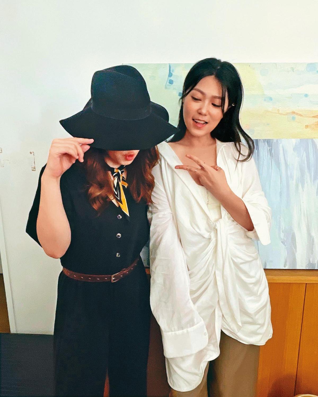壞特(左)和曹雅雯(右)出席KTV直播活動,當天她也是用黑帽遮臉。(翻攝自曹雅雯臉書)