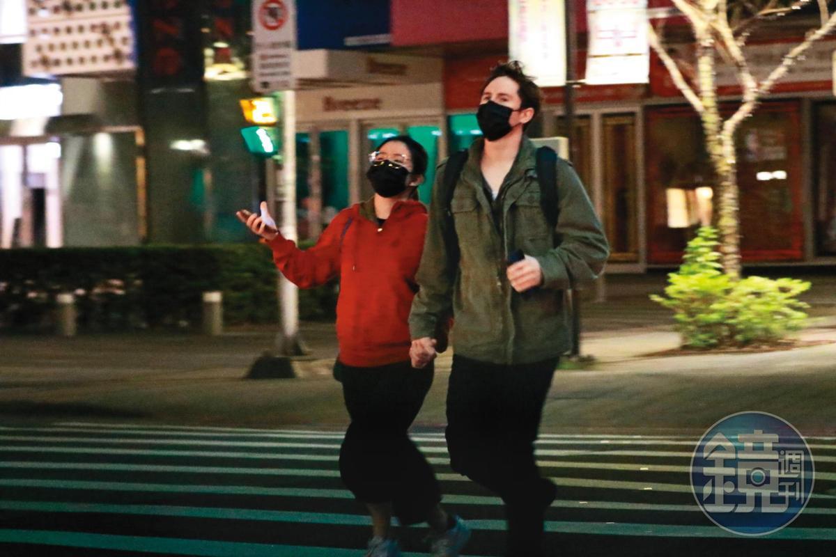 1月29日00:33,壞特與帥氣外國男友手牽手找地方覓食,此時她未戴帽子,僅戴眼鏡、口罩掩飾。