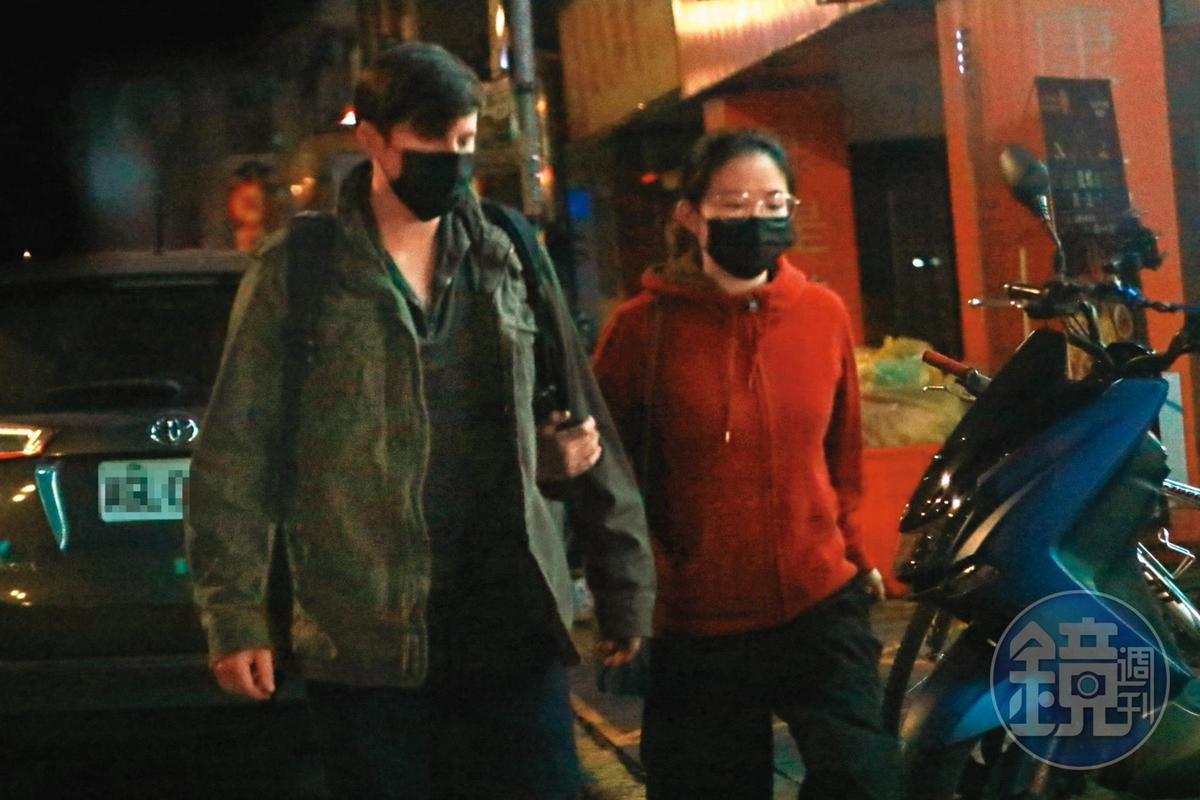 1月29日01:57,享用完浪漫消夜後,懷特攬著男友手臂走出餐廳,搭路邊小黃離開。