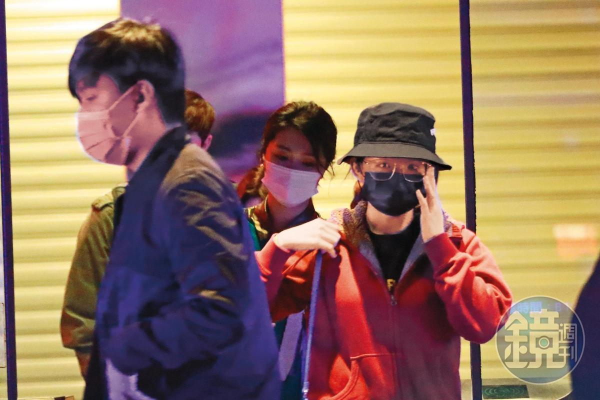 1月29日00:26,凌晨時分,結束Sing Go KTV直播活動後,壞特(右)全副武裝從ATT門口走出來。
