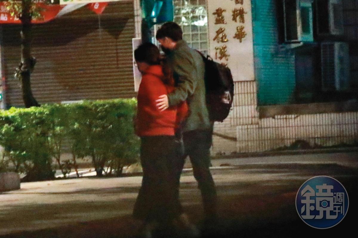 1月29日02:14,兩人在捷運南勢角站附近下車後,老外將手扶在壞特的腰上,互動相當親密。