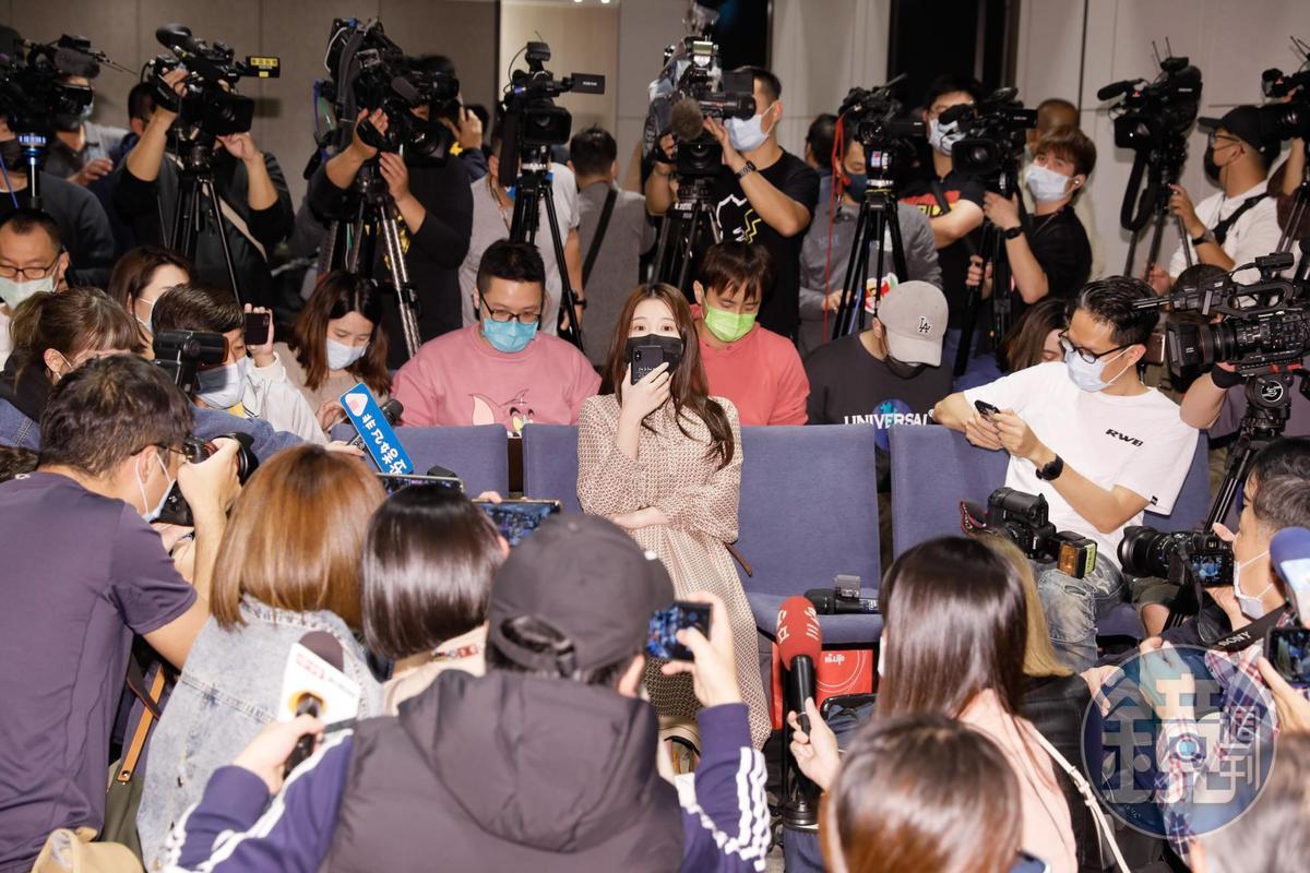雞排妹今天現身台語歌王獎翁立友的澄清記者會,來個直球對決。