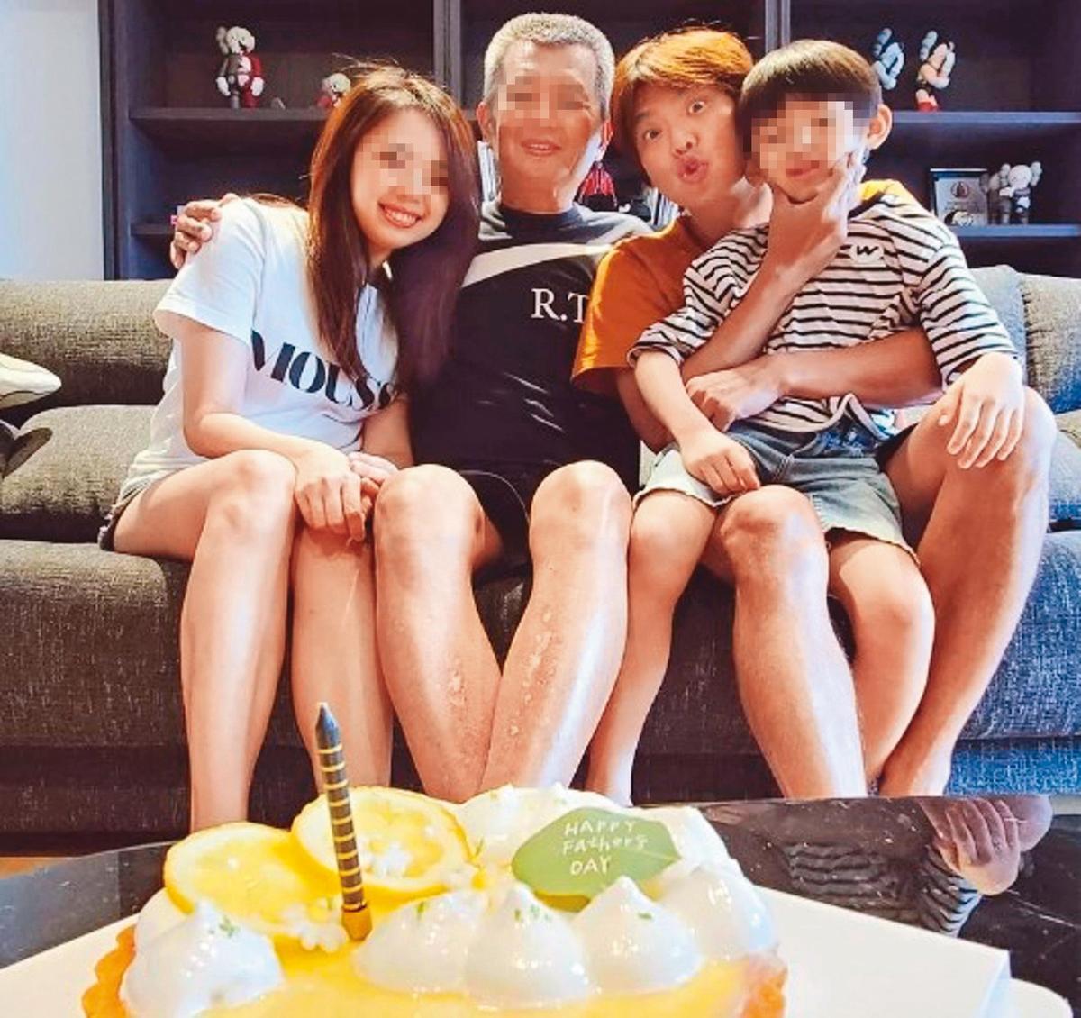 小鬼(右2)去年驟然離世,妹妹po出一家人為父親慶生的全家福悼念他。(翻攝自teen520 IG)