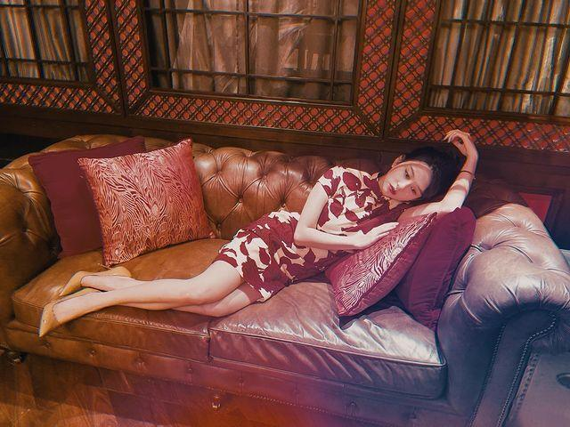 邱淑貞親自為女兒掌鏡,拍出當年港片女神那股慵懶而性感的風韻。(翻攝自IG)