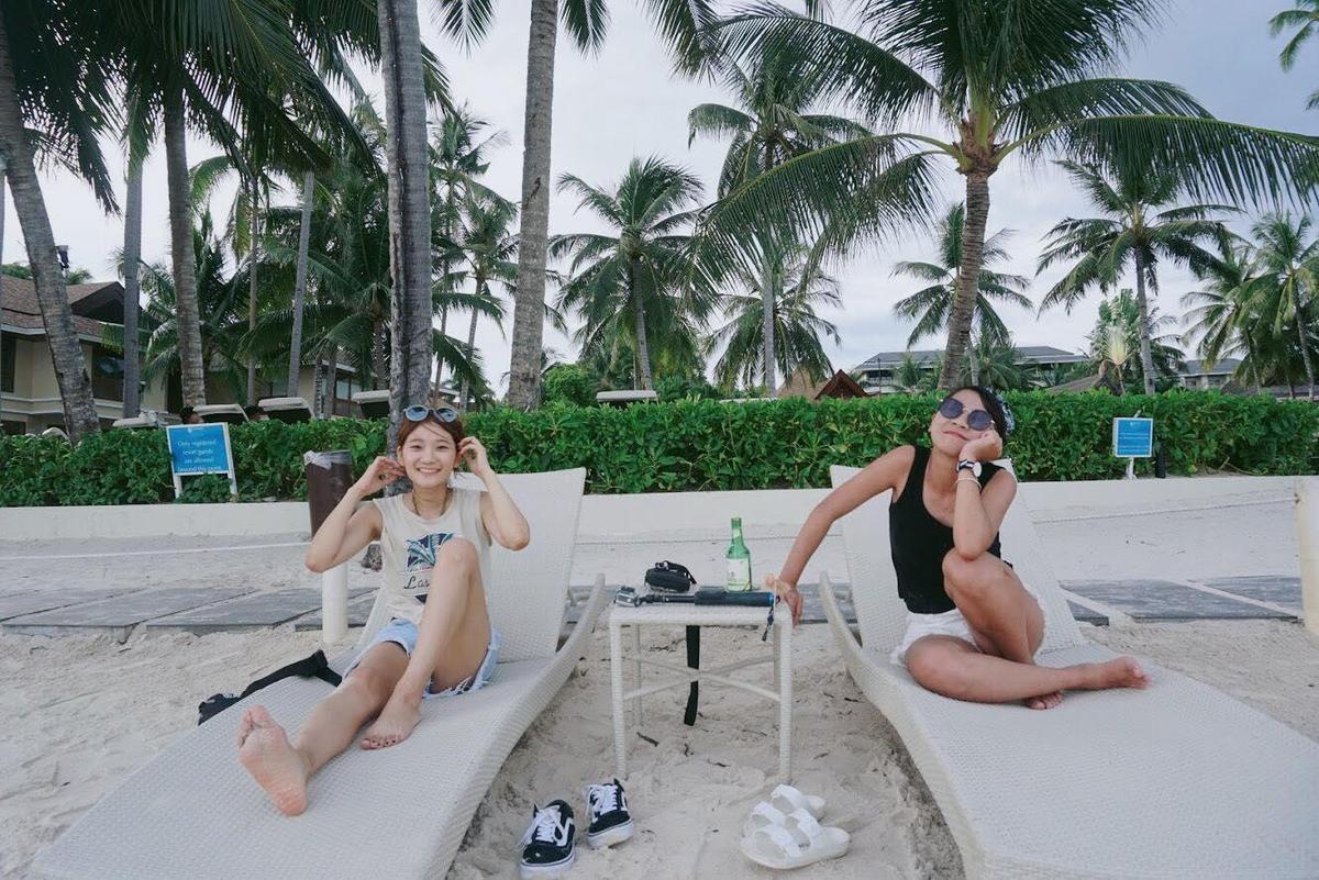 「愛莉莎莎」與友人「呸呸」組成「玩命女子」,2017年衝林口選手村搭訕外國選手。(翻攝自玩命女子YT頻道)