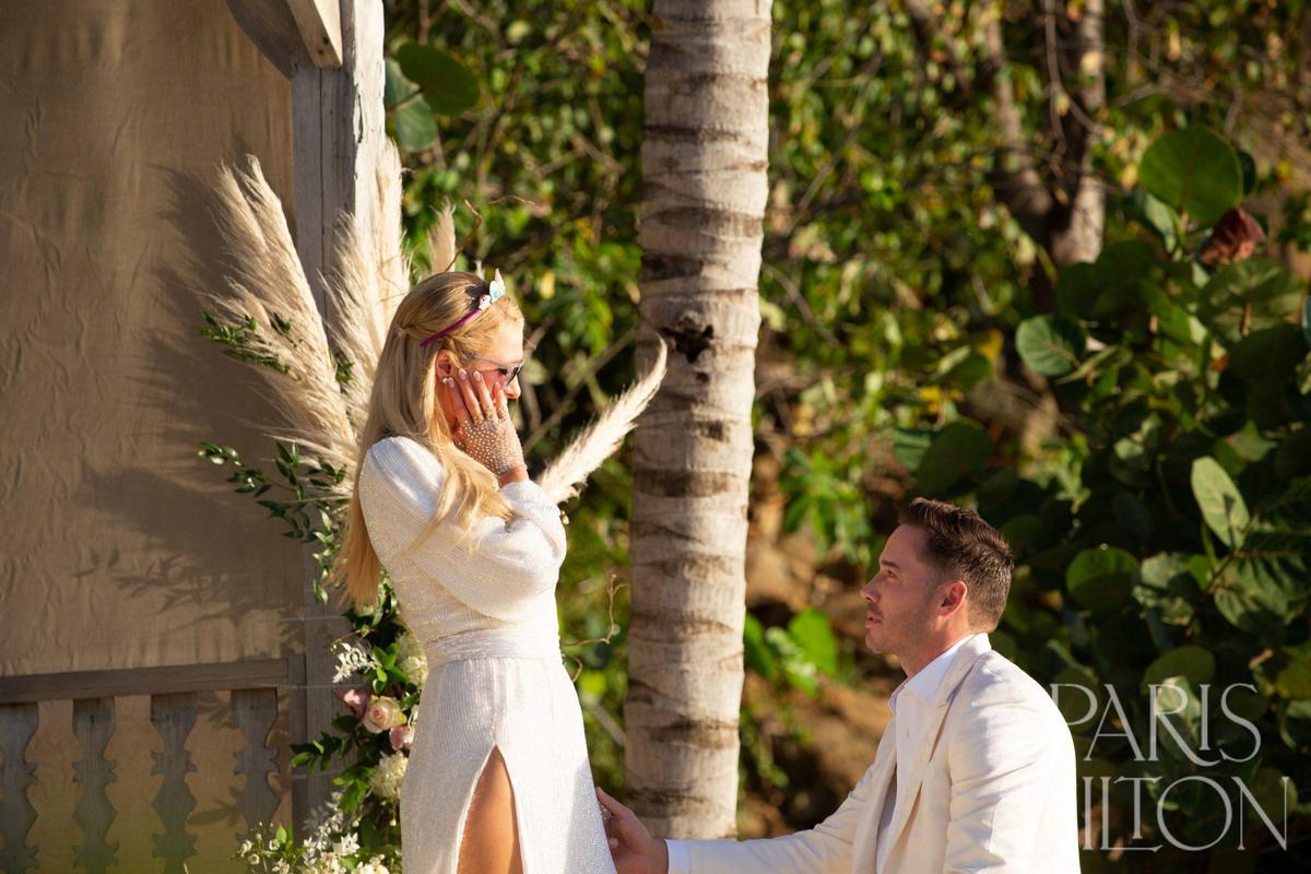 卡特瑞恩(Carter Reum)在沙灘上向芭莉絲希爾頓浪漫求婚,2人已在準備人工受孕。(翻攝自Paris Hilton網站)
