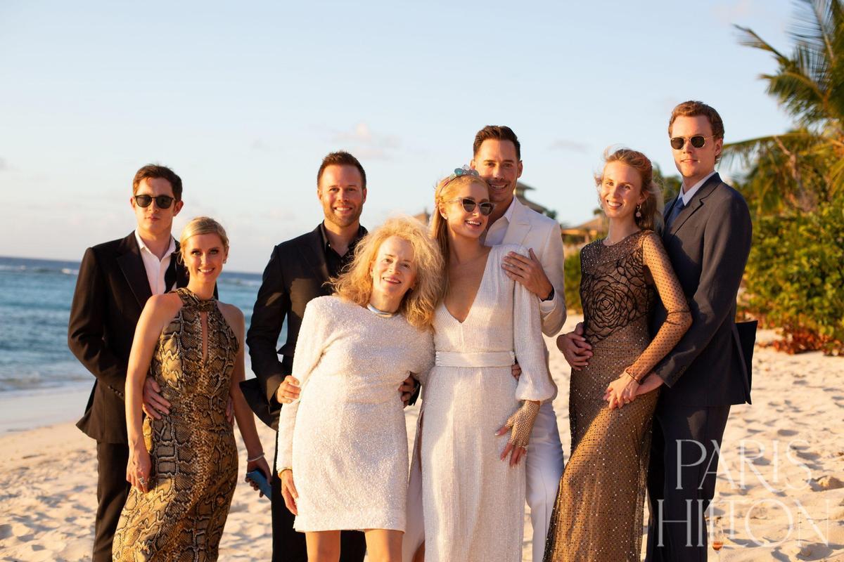 雙方家族也共慶這場訂婚盛宴,見證小倆口甜蜜求婚記。(翻攝自Paris Hilton網站)