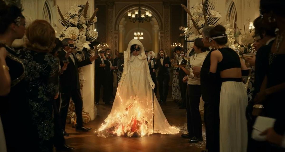 預告中艾瑪史東的白色長袍在被火焚燒後現出她的真面目。(翻攝自預告)