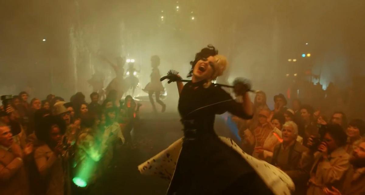 該片故事描述庫伊拉成為時尚惡女的經過,艾瑪版的庫伊拉也略有瑪格羅比版「小丑女」的瘋狂。(翻攝自預告)