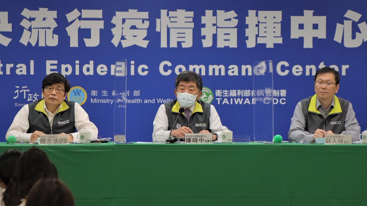 中央流行疫情指揮中心指揮官陳時中(中)透露部桃醫院明天應該可以如期營運。(指揮中心提供)