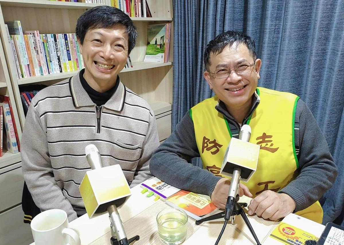 梅襄陽(右)牙醫師經常穿上黃色背心自封「防癌志工」。(翻攝自needs RADIO臉書粉專)