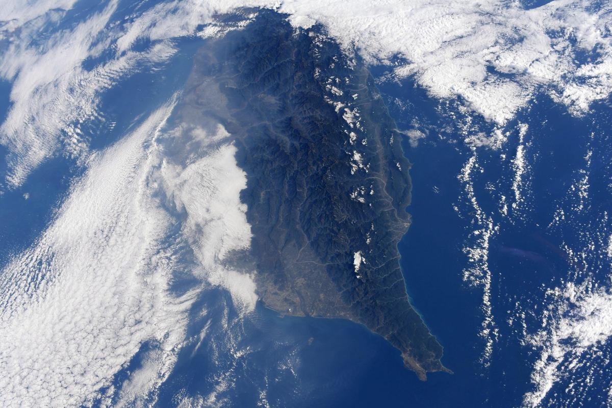 野口聰一從太空拍攝的南台灣景致,美如仙境。(翻攝野口聰一推特)