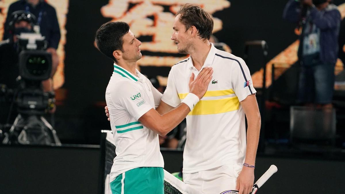 喬科維奇(左)擊敗梅德維夫奪冠,2人賽後致意。(翻攝自AustralianOpen推特)