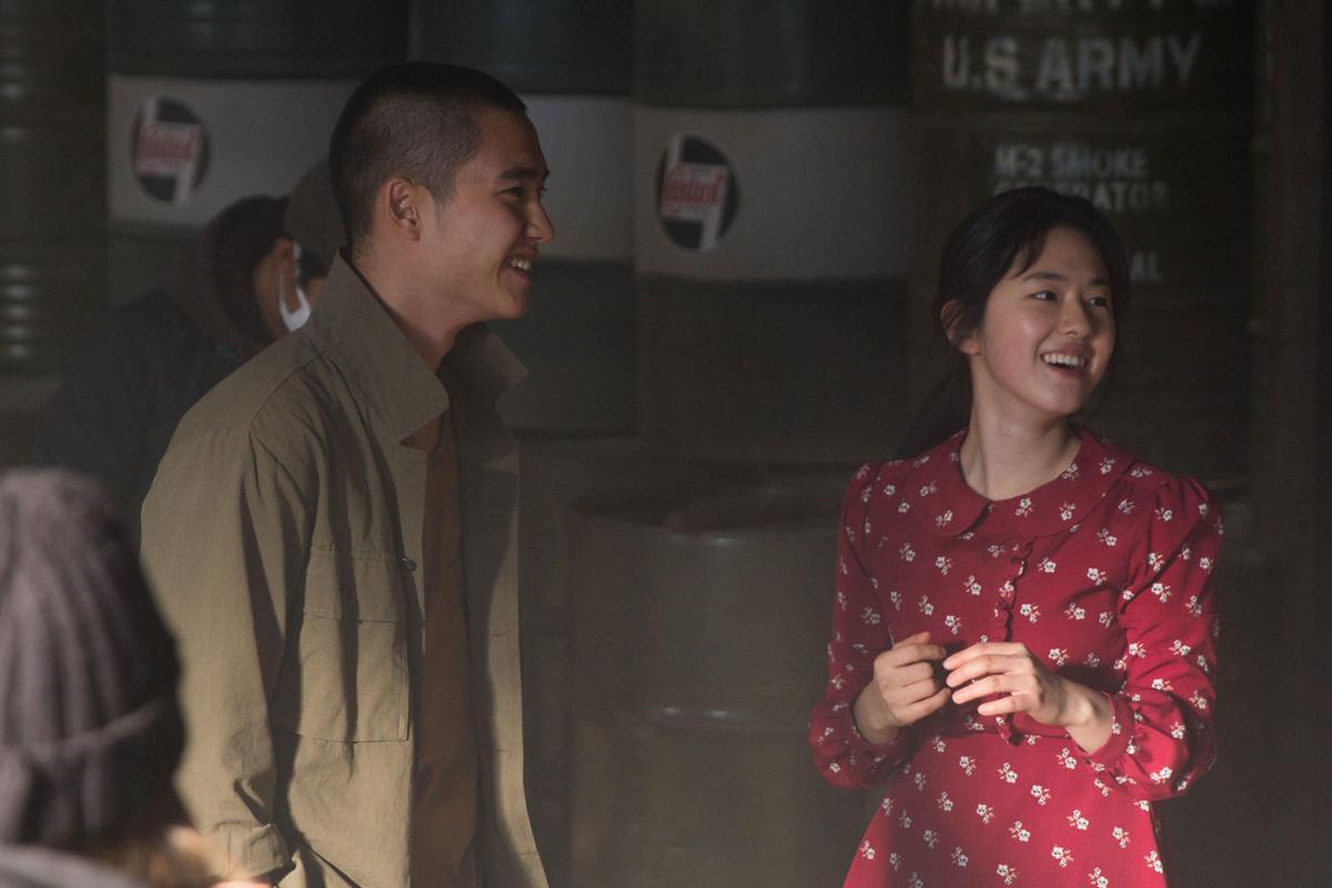 朴慧秀(右)在電影《搖擺男孩》與都敬秀有不少對手戲,她也以該片入圍不少電影新人獎。(翻攝自daum movie)