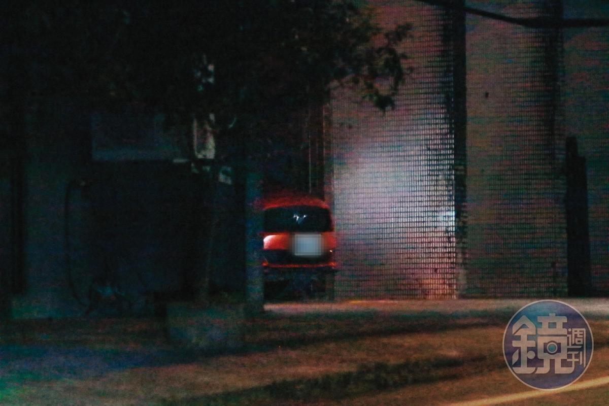 01:53,李康生回到和蔡明亮同居的新北市新店深山宛如廢墟的房子。