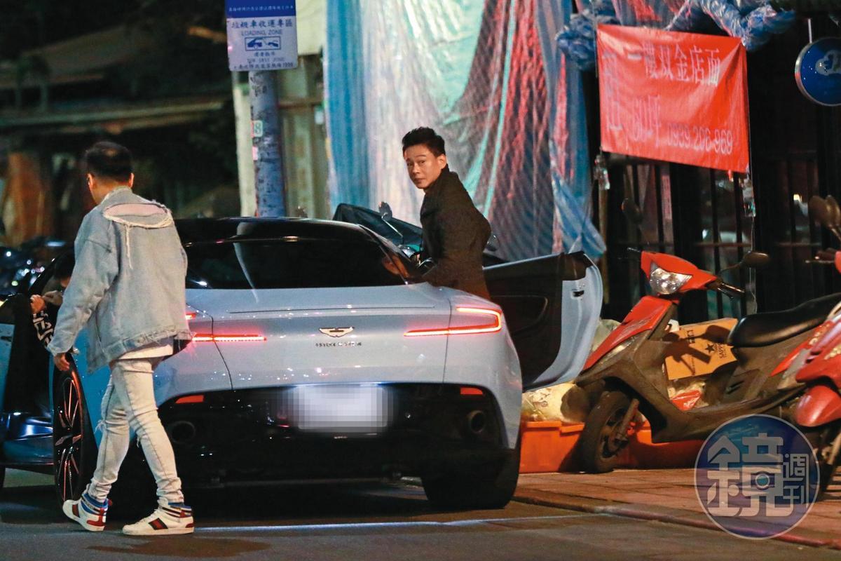 1月31日01:10,李康生(右)結束微電影首映,現身東區街頭。