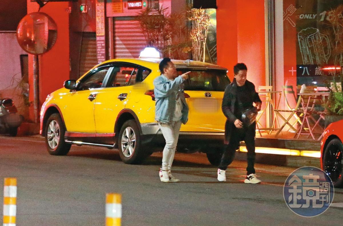 01:12,李康生(右)和電影《山中森林》導演姜寧(左)邊走邊討論電影拍攝狀況。