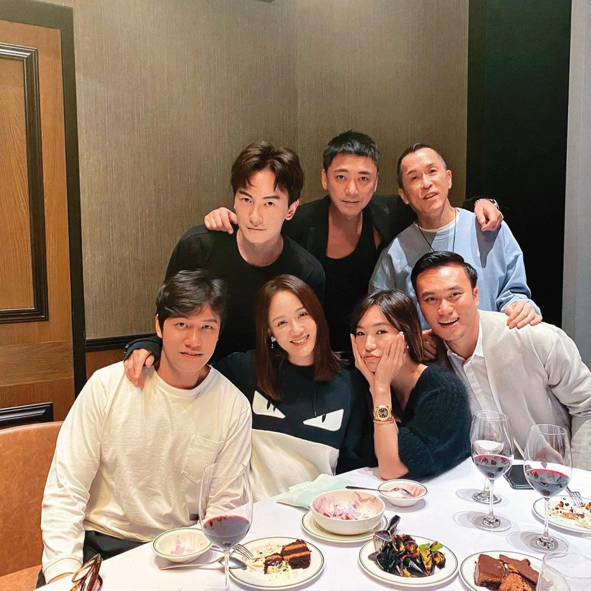 以往陳喬恩(前排左2)談戀愛都很低調,此次她卻高調帶男友(前排左1)與好友聚會,顯示她非常重視這段感情。