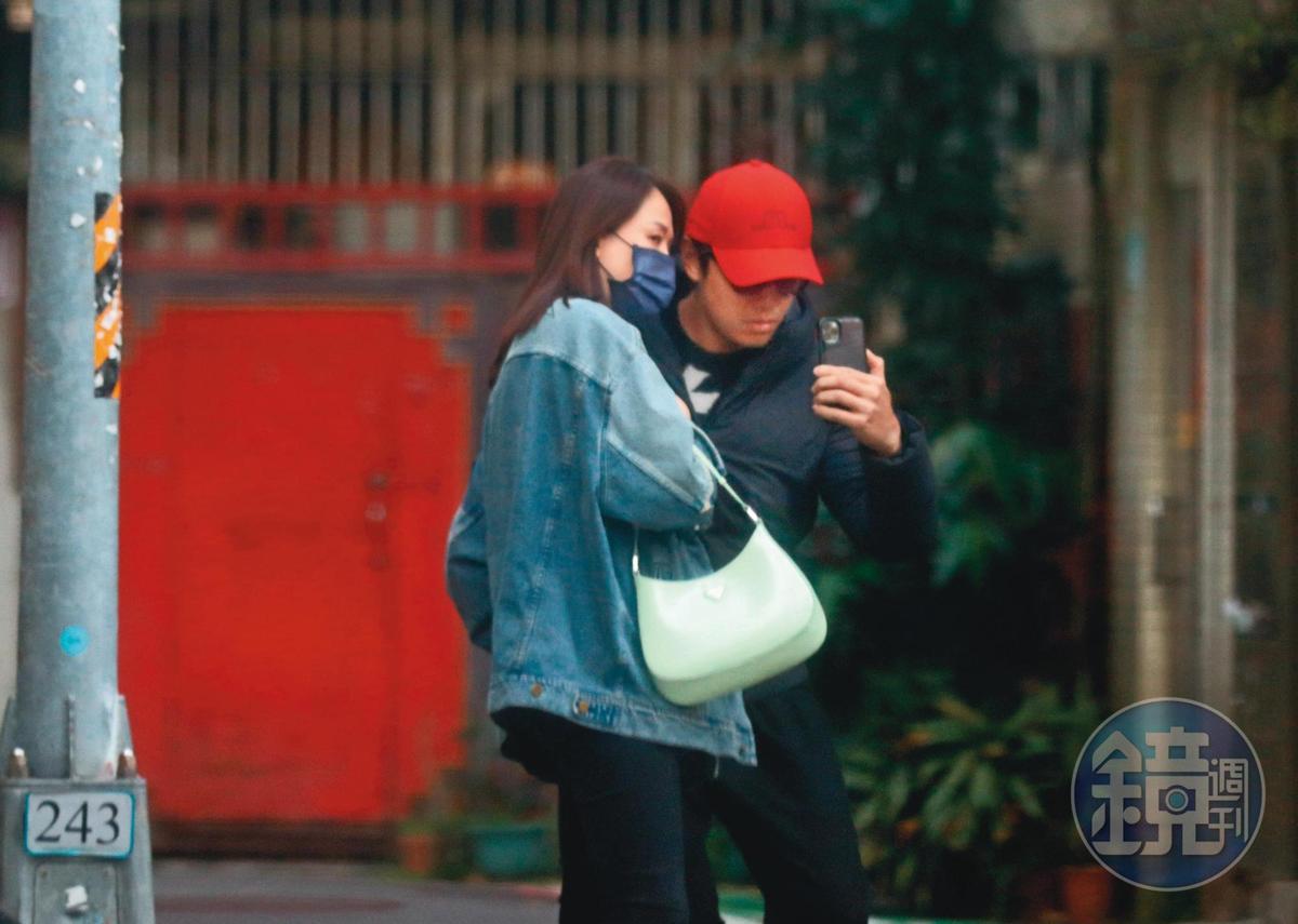 回到家沒多久,陳喬恩又走出家門與男友會合,並在大馬路上玩自拍。(2/18,15:29)