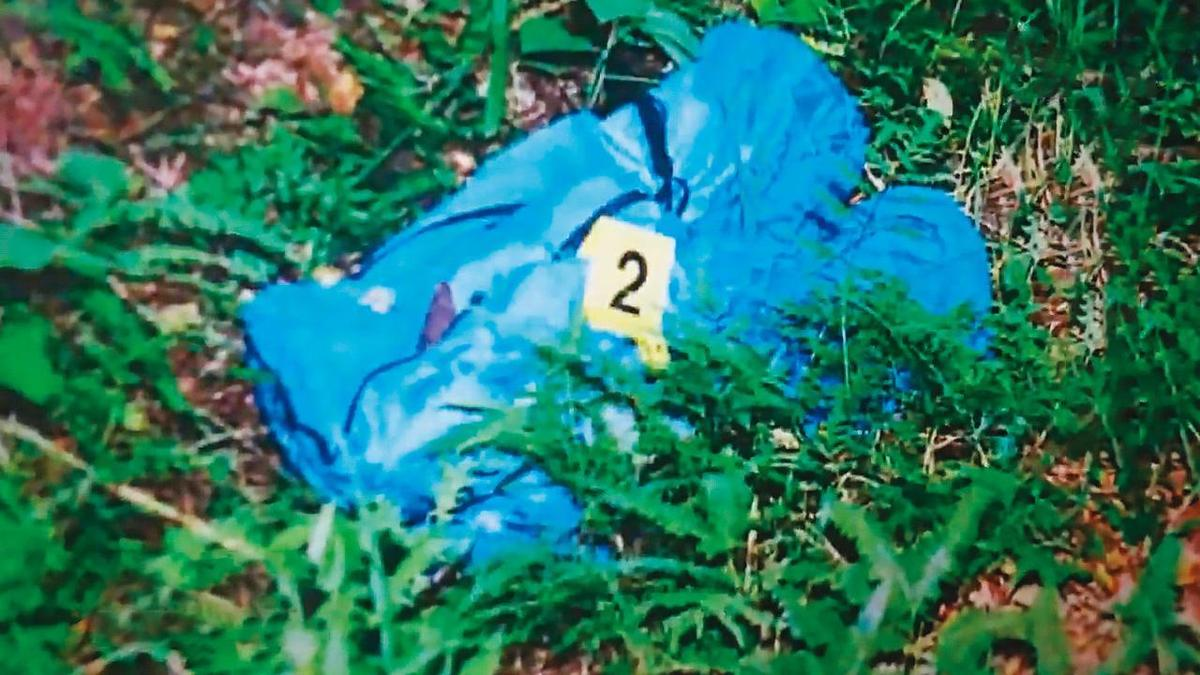 警方在桃園虎頭山區,找到用藍色睡袋包裹的張女屍體。(警方提供)